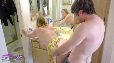 Stiefmutter Wird Gefickt, Wahrend Sie Badezimmer Putzt